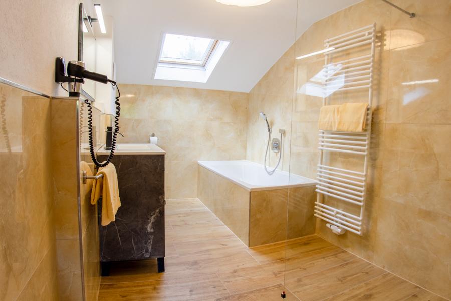 Deluxe Doppelzimmer Blick auf das Badezimmer