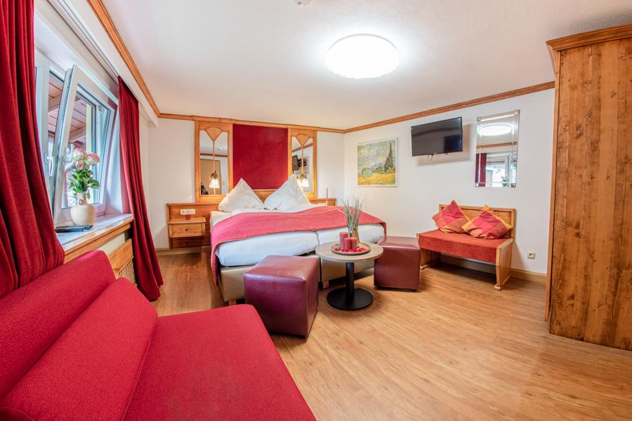 Doppelzimmer Hotel Hopfen am See bei Füssen mit Blick auf das Doppelbett